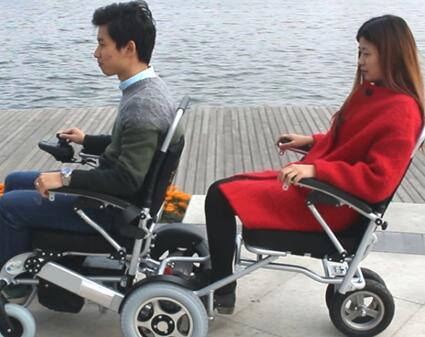 后面能站人也能坐人的双人电动轮椅